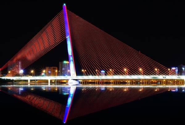 Cầu Trần Thị Lý là cây cầu đầu tiên của thành phố Đà Nẵng và cả Việt Nam sở hữu sàn vọng cảnh. Du khách sẽ được đi thang máy lên trụ tháp ở giữa cầu, dừng chân trên sàn vọng cảnh để chiêm ngưỡng toàn cảnh vịnh Đà Nẵng.