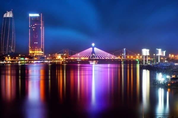 Cầu Quay vẫn ngày ngày chuyển động như là biểu tượng của thành phố trẻ năng động. Đúng 12h đêm, cây cầu từ từ chuyển mình, rời hai bờ để xuôi theo dòng sông, giúp cho tàu thuyền qua lại dễ dàng hơn.