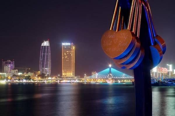 Bên bờ sông Hàn thơ mộng, rực rỡ ánh đèn cũng là nơi lưu giữ bao kỉ niệm đôi lứa.