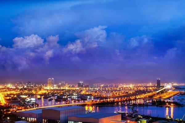 TP Đà Nẵng về đêm với những ánh đèn lấp lánh khoe mình xuống mặt nước tạo nên một bức tranh tuyệt đẹp.