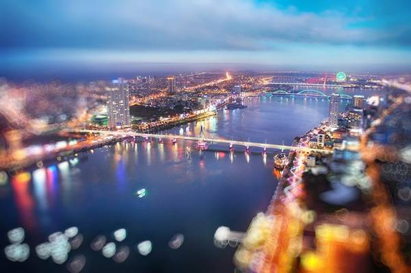 Nhiều nhà cao tầng đua nhau mọc lên hai bên bờ sông Hàn, tạo thêm vẻ đẹp và sức sống của thành phố trẻ.