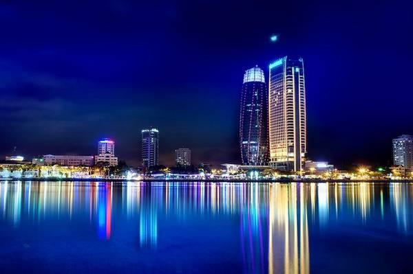 Yêu mến cảnh đẹp của thành phố du lịch này, bạn hẳn không thể quên khung cảnh rực rỡ, thơ mộng của thành phố lúc lên đèn.