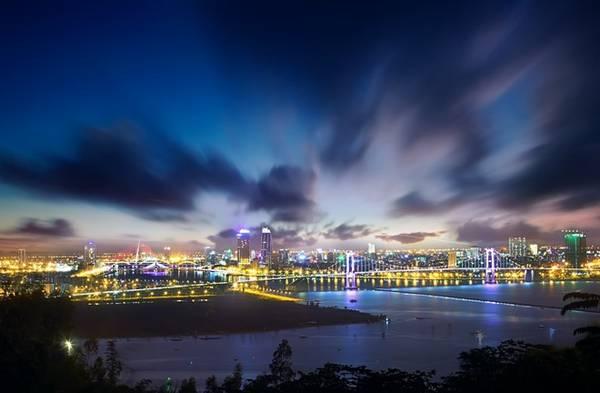 Dòng sông Hàn thơ mộng, ngày càng như xích lại gần nhau hơn vì sự xuất hiện của những chiếc cầu tạo nên điểm nhấn ấn tượng. Mỗi chiếc cầu là một công trình nghệ thuật, với những kiến trúc đa dạng và độc đáo.