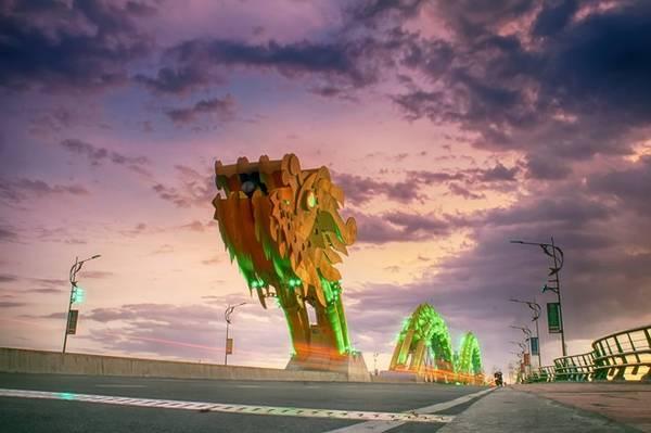 Cầu Rồng mô phỏng hình con rồng mạnh mẽ vươn ra biển, có chiều dài 666,5 m, 6 làn xe, hai làn đường dành cho người đi bộ. Đây là sự kết hợp hài hòa giữa nghệ thuật và công năng, là sự hấp dẫn hàng đầu đối với du khách