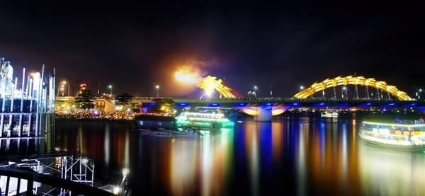 Cầu Rồng có hệ thống chiếu sáng cầu gồm 15.000 đèn LED khiến cây cầu rực sáng về đêm. Cây cầu này sẽ phun lửa và phun nước vào 21 giờ tối thứ bảy, chủ nhật và các ngày lễ lớn.