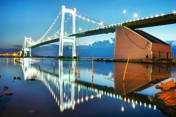 Cầu treo dây võng Thuận Phước là đường nối liền thành phố với cảng biển Tiên Sa tuyệt đẹp. Đêm về, cầu Thuận Phước như một nàng công chúa mỹ miều, rực rỡ đèn in bóng xuống sông Hàn.