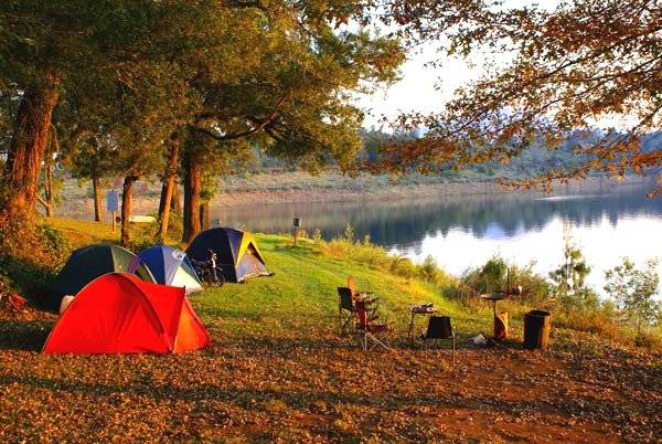 Cắm trại ven bờ hồ. Ảnh: 2saigon.vn