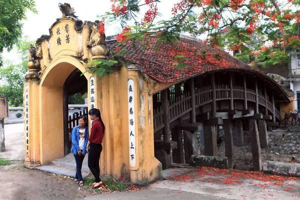 Cầu ngói chùa Lương có 9 gian uốn cong tựa cầu vồng. Ảnh: ST