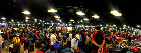 Nằm trên đường Nguyễn Văn Linh, thuộc khu phố 6, phường 7, quận 8, Bình Điền là chợ đầu mối cung cấp hoa củ quả và thủy hải sản lớn nhất miền Nam. Hoành tráng nhất chợ là khu kinh doanh thủy hải sản với diện tích 20.000 m2. Chợ bắt đầu sáng đèn từ chập tối nhưng phải đến nửa đêm, khi ghe thuyền từ các tỉnh cập bến sông ở gần chợ, không khí kinh doanh mới thực sự sôi động.