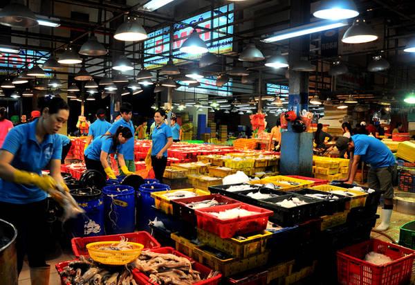 Người đến mua tại chợ tấp nập cả đêm cho đến tận sáng rồi nhanh chóng đưa hàng về chợ để kịp buôn bán. Khu kinh doanh thủy hải sản Bình Điền được dọn vệ sinh và đóng cửa nghỉ lúc 6h.