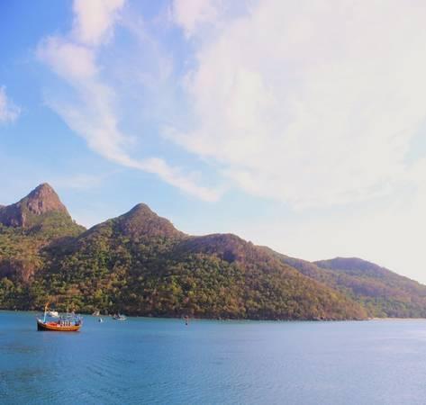 Nước b iển Côn Đảo có màu xanh đầy mê hoặc .