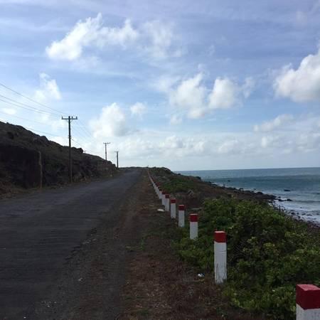 Con đường chính nối cảng Bến Đầm và thị trấn, kéo dài qua tới sân bay Cỏ Ông.