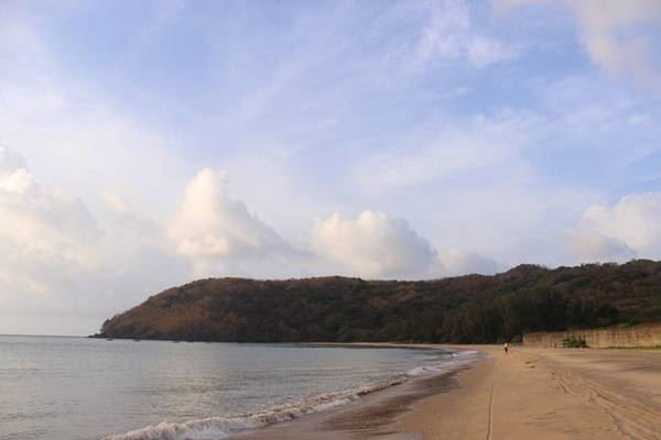 Bãi Đầm Trầu mang vẻ đẹp hoang sơ và thanh bình.