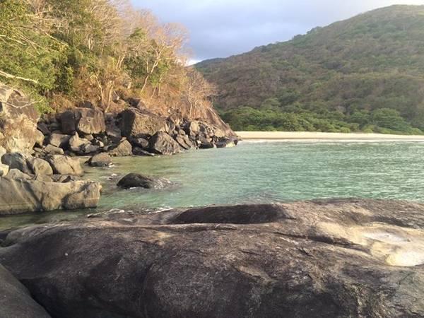 Xa xa là bãi Suối Nóng, nơi bạn có thể làm chủ cả bãi tắm. Từ bãi Đầm Trầu, chỉ cần nhảy qua vài hòn đá là bạn có thể tận hưởng một không gian riêng này.