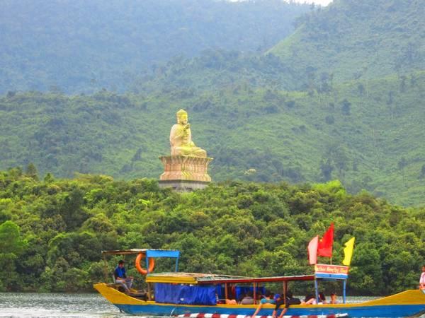 Đức Phật ngự giữa hồ Truồi. Ảnh: quoctruong308