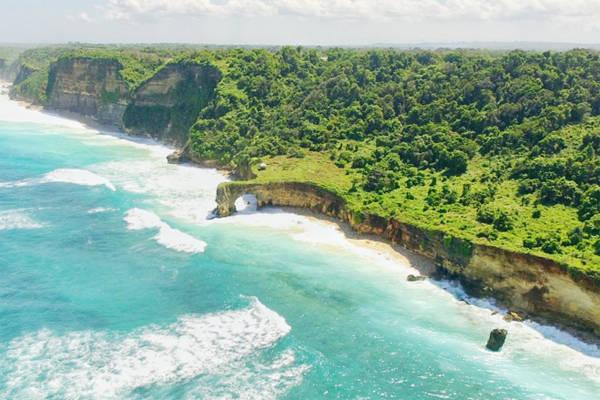 Đảo Sumba có diện tích lớn gấp 2 lần Bali nhưng gần như tách biệt khỏi sự phát triển đô thị. Mọi tiện nghi trên đảo đều hạn chế bê tông hóa tới mức thấp nhất.