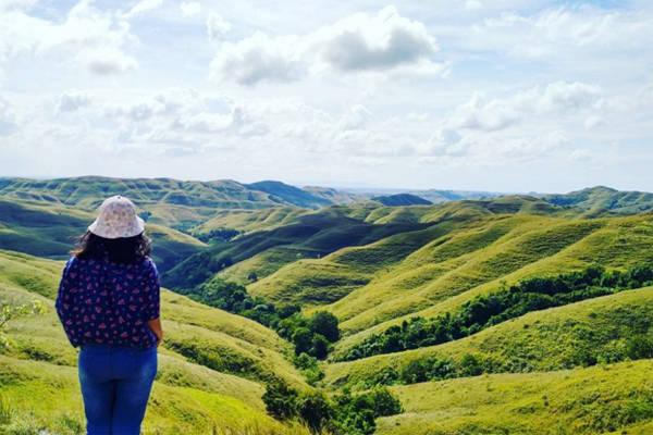 Ngoài biển rộng, đảo Sumba còn có những ngọn núi, cánh đồng rộng lớn với thảm thực vật phát triển phì nhiêu. Du khách có thể thử sức leo núi, cắm trại qua đêm để ngắm sao trời và hưởng thụ hương vị từ biển thổi vào. Ảnh: Instagram.