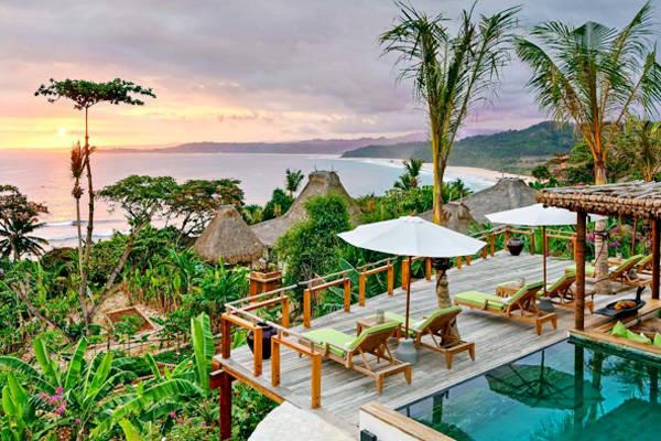 Đảo Sumba còn nổi tiếng với resort được mệnh danh là tốt nhất thế giới - Nihiwatu. Du khách nghỉ dưỡng ở đây có thể tận hưởng kì nghỉ của mình trên bãi biển Nihiwatu với bãi cát trắng trải dài, ít người dân sinh sống, nước trong xanh và yên bình. Bãi biển Nihiwatu được đánh giá là một trong những nơi ngắm hoàng hôn đẹp nhất ở Indonesia. Ảnh: Instagram
