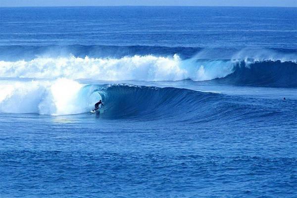 Lướt sóng là trò chơi được nhiều du khách lựa chọn khi du lịch tới hòn đảo này.
