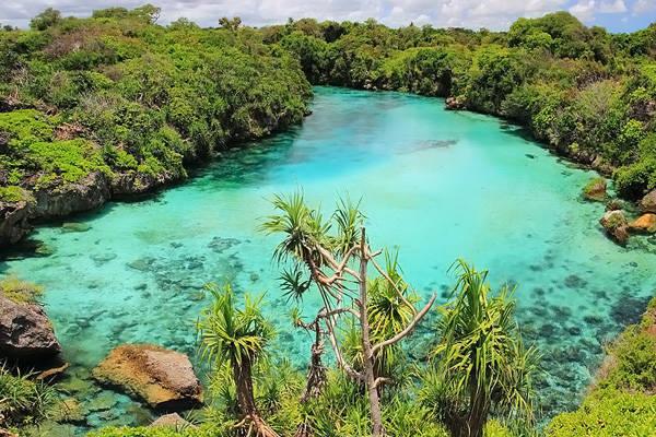 Hồ Weekuri ở phía Đông Nusa Tenggara, đảo Sumba là điểm đến được ưa thích. Điểm độc đáo của hồ Weekuri là hồ nước mặn thấm trực tiếp từ biển, được bao bọc bởi ngọn núi cao và chỉ cách biển bởi một vách núi. Ảnh: Instagram.