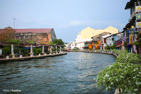 Dòng sông uốn lượn chảy qua thành phố khiến khung cảnh trở nên lãng mạn và nên thơ hơn.