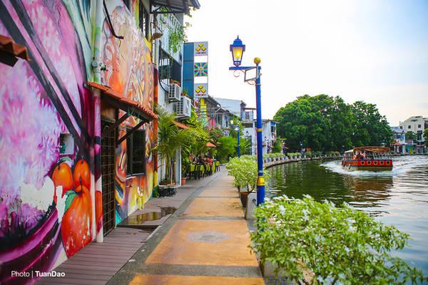 Những bức tranh đầy màu sắc tô điểm cho khung cảnh hai bên bờ sông.