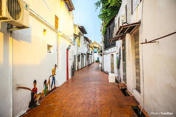 Nếu du khách chịu khó đi theo các con ngõ nhỏ trong khu phố cổ, có lẽ không ai nghĩ rằng mình đang ở một đất nước Malaysia mà ngỡ đang ở một thành phố tuyệt đẹp nào đó của Italy. Nơi những con ngõ nhỏ đưa du khách khám phá những điều kỳ thú và bất ngờ mà thành phố mang lại. Đây có lẽ là thành phố được nhiều du khách liên tưởng nhất, có người nói rằng nó bình yên và dịu dàng như phố cổ Hội An, có du khách lại nghĩ rằng nó giống một Venice hiền hòa và lãng mạn. Sự thiết kế pha trộn giữa phong cách Á - Âu hài hòa đầy màu sắc khiến Malacca mang dáng dấp tổng hòa của các nền văn hóa.