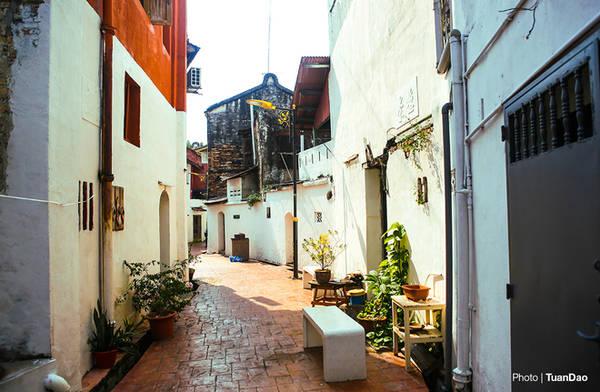 Du khách có thể tản bộ, đi qua các khu nhà cổ kính xinh đẹp, và bình yên. Nơi bạn có thể bắt gặp những bức tranh vẽ trên tường đầy độc đáo, một góc art deco, hay những bài hát, những giai điệu được người nghệ sĩ cất vang lên trong các con ngõ.