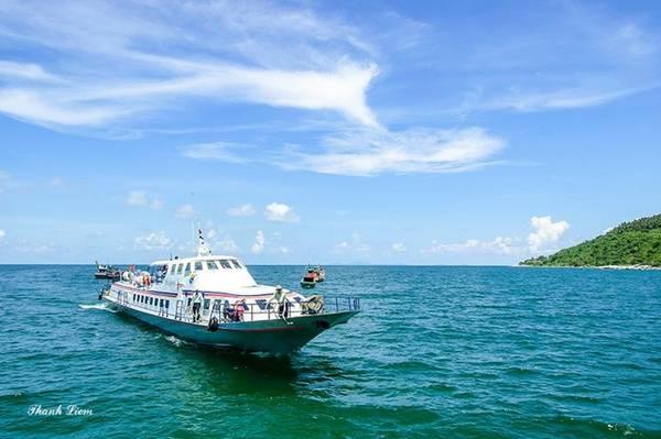 Đảo Hòn Sơn nằm giữa Hòn Tre và quần đảo Nam Du, với diện tích 11,5 km2. Để đến với Hòn Sơn, cần đi tàu cao tốc với hành trình 1 giờ 45 phút.