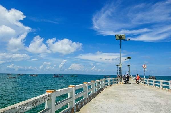 Đảo Hòn Sơn thuộc xã Lại Sơn, huyện Kiên Hải, tỉnh Kiên Giang, cách thành phố Rạch Giá khoảng 65 km về phía Tây.