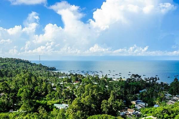 Đảo có hơn 2.012 hộ dân, sống chủ yếu bằng nghề đánh bắt hải sản, đóng tàu, chế biến tôm, cá, mực khô…