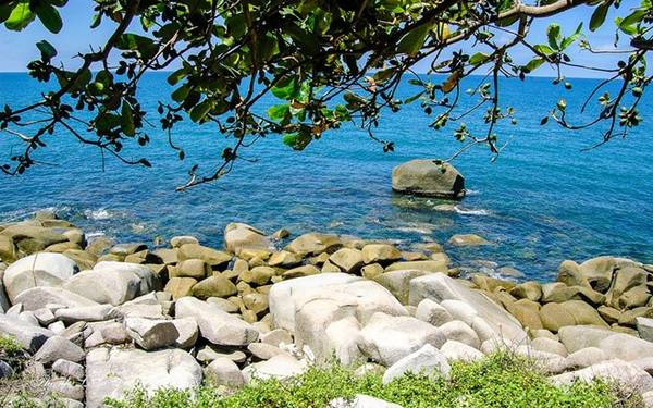 Trên đảo có nhiều bãi như bãi Giếng, bãi Nhà, bãi Bấc, bãi Thiên Tuế, Dinh Ông, bãi Đá Chài…