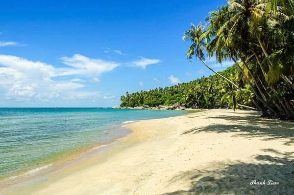 Bãi Bàng là bãi đẹp nhất, nằm uốn mình hình cánh cung với làn nước biển trong xanh, cùng những hàng dừa buông mình đón gió biển.