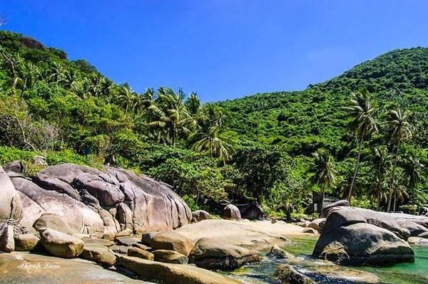 Bãi Đá Chài với những ghềnh đá lớn, làn nước trong xanh khiến khung cảnh trông thật hoang sơ, hùng vĩ và thơ mộng.