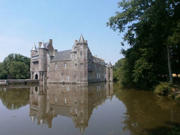Lâu đài Trécesson phản chiếu trong làn nước hồ bao quanh - Ảnh: wiki