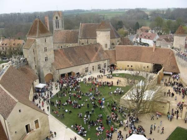 Du khách tham quan lâu đài Blandy-les-Tours - Ảnh: courtryandonnees.over-blog.com