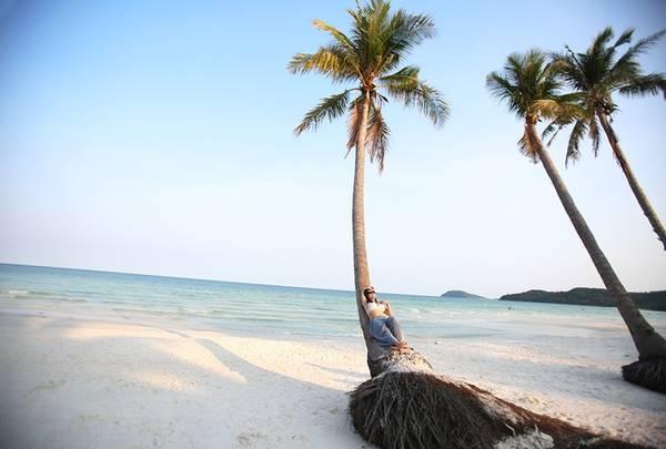 Bờ biển dài thoai thoải, rặng dừa cao vút lộ thiên đưa đến một cảm giác thư thái cho bất kỳ ai khi đặt chân đến nơi đây.