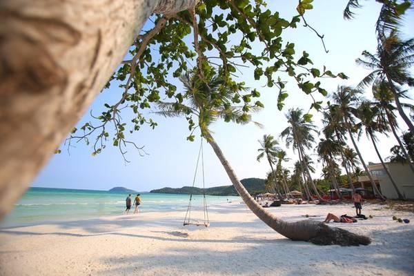 Bãi biển Bãi Sao dài 7 km, hình lưỡi liềm được giới hạn bởi những mũi đá nhô ra biển. Tháng 6, độc giả CnTraveler đã bình chọn nơi này vào danh sách 10 bãi biển hoang sơ và yên tĩnh nhất thế giới.