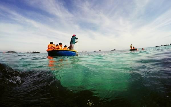 """Đến đây nhiều du khách đã có trải nghiệm kỳ thú khi được ngư dân đưa đi """"ngọa thủy"""" bằng thuyền thúng và lặn ngắm san hô gần bờ. Nếu biển lặng, bạn sẽ dễ chịu hơn khi đi bằng thuyền thúng."""