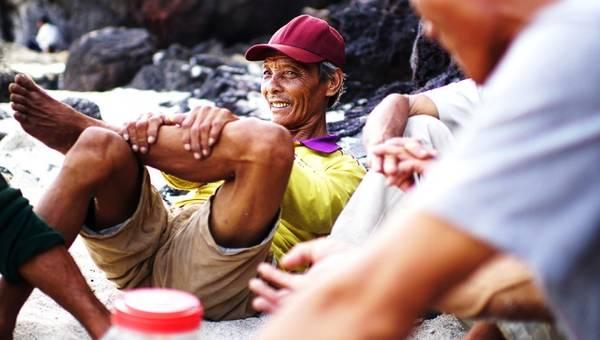Ông Nguyễn Cổ, 49 tuổi vốn làm nghề đánh bắt gần bờ. Nhưng 2 tháng trở lại đây, ông cũng mang thuyền thúng ra bãi sau để đưa khách đi ngắm san hô.