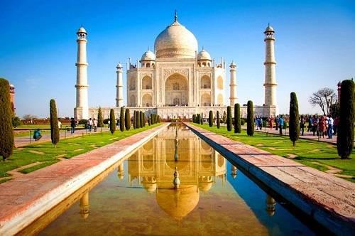 Hình ảnh đối xứng của đền Taj Mahal khi phản chiếu xuống mặt hồ. Ảnh: Beautiful Global