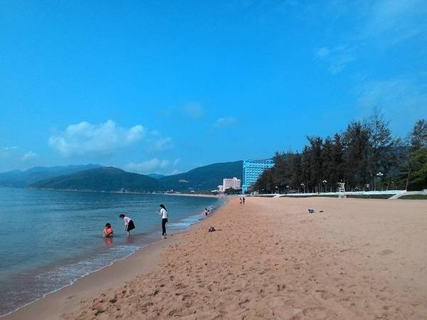 Chuyến hành trình khám phá Bình Định bắt đầu vào buổi sáng. Chúng tôi ghé thăm bãi tắm Quy Nhơn, nằm giữa trung tâm thành phố, nước biển trong xanh cùng bãi cát vàng chạy dài khiến nơi đây trở thành một điểm đến đáng chú ý.