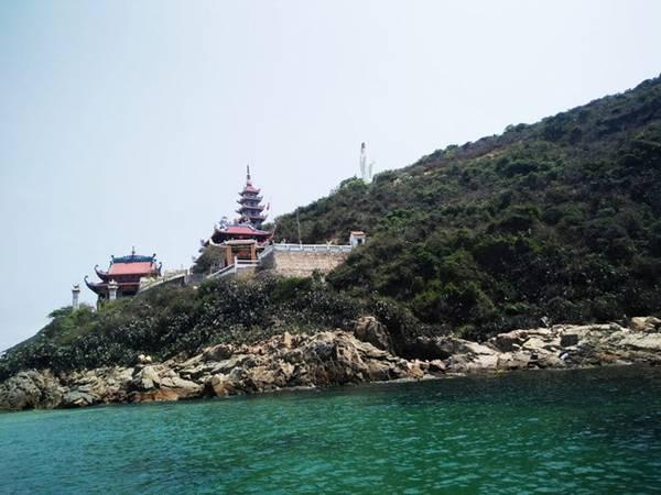 Chùa Phước Sa ở làng chài Nhơn Lý.