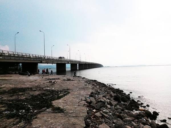 Cuối ngày, chúng tôi ngắm hoàng hôn ở cầu Thị Nại, cây cầu vượt biển dài nhất Việt Nam.