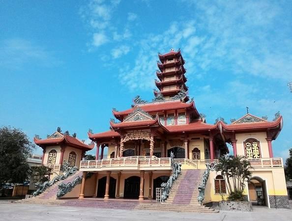 Thăm chùa Long Khánh, ngôi chùa lớn nằm ở trung tâm thành phố với lối kiến trúc độc đáo. Nơi đây còn lưu giữ hai vật quý: Thái Bình hồng chung được đúc vàp năm 1805 triều vua Gia Long, và tấm dấu biểu trưng Long Khánh Tự được in vào năm 1813 triều vua Gia Long.