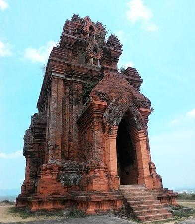Tháp bánh Ít cách thành phố Quy Nhơn khoảng 20 km.