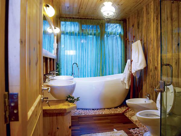 Nhà tắm cũng lấy gỗ làm vật liệu chính tạo nên sự sang trọng. Ảnh:khachsandalat.pro