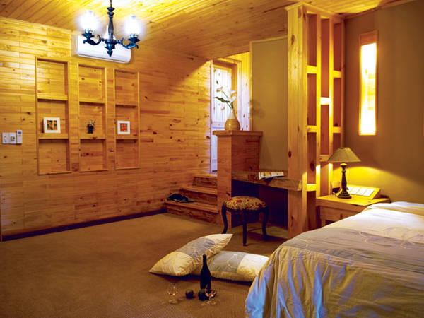 Phòng ngủ được ốp tường và trần bằng gỗ quý.Ảnh: khachsandalat.pro