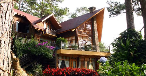Khu biệt thự gỗ được bao bọc bởi rừng cây xanh.Ảnh: lactam.vn
