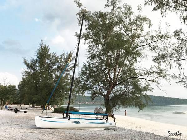 Ở trên đảo, tìm một chiếc xích đu nhỏ hay nằm lười trên những chiếc ghế dài dọc bãi biển, đọc sách, nghỉ dưỡng, nghe tiếng sóng rì rào, bạn sẽ như bị mê hoặc, chẳng còn muốn về với thành phố ồn ào.